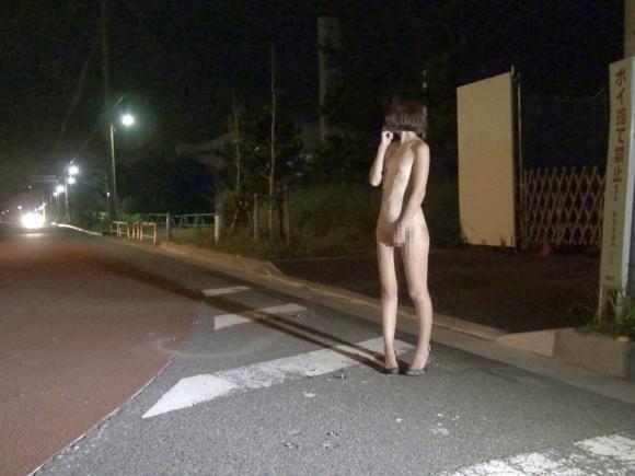 【露出エロ画像】みんなが見てる野外で平気で裸になっちゃう女の子ってヤバいっしょwwwwwww【画像30枚】02_20190912003430527.jpg