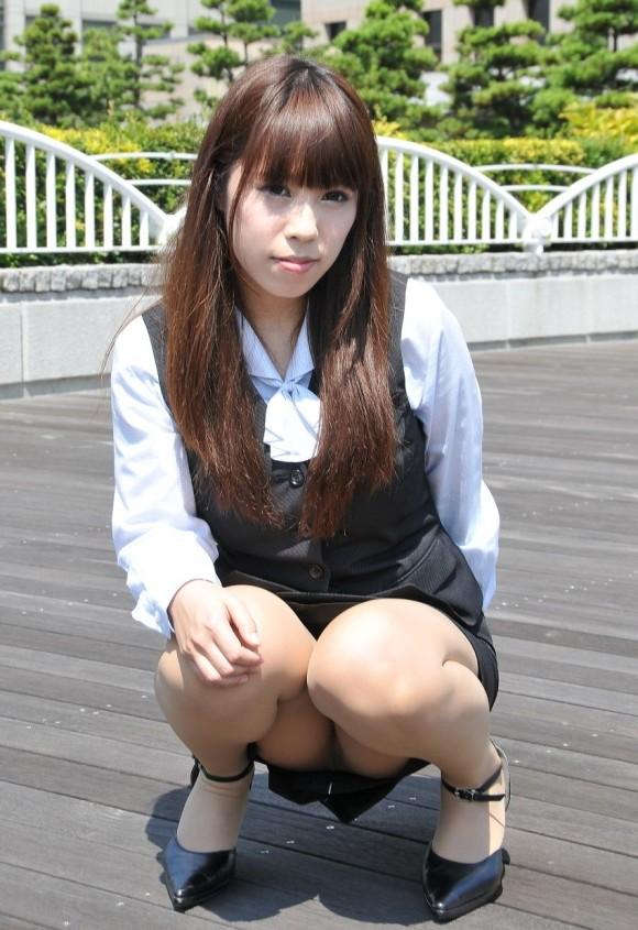 ストッキング履いてる女の子のしゃがみ込みパンチラの破壊力wwwwwww【画像30枚】03_20181226013706b3b.jpg
