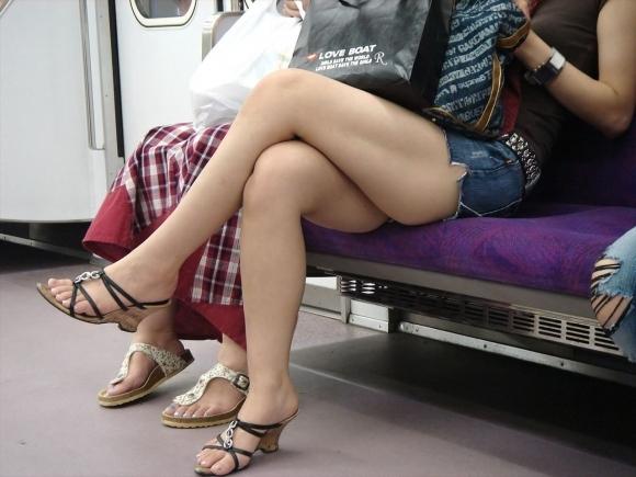 電車に乗ってる時間がとても楽しくなる女の子のエロい脚!wwwwwww【画像30枚】03_20190302151522c30.jpg