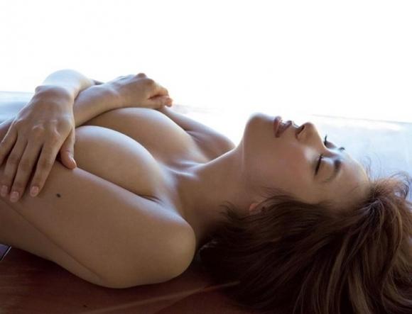 【おっぱい】ブラジャーよりも裸よりも素晴らしい手ブラの世界wwwwwww【画像30枚】03_20190417011152eba.jpg
