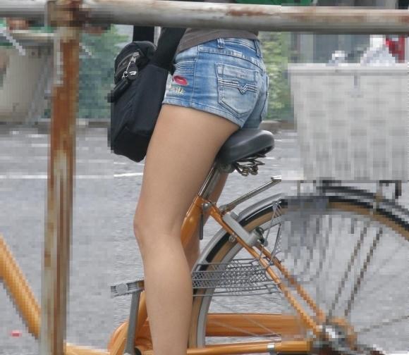 ホットパンツ履いてる女の子の脚を見つけたらずっと目で追ってしまうwwwwwww【画像30枚】03_2019060402080965b.jpg