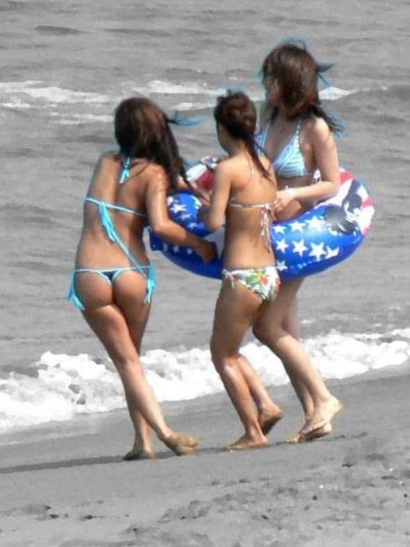 【素人水着画像】真夏のビーチをTバック水着で歩き回る素人を視姦してやりたいwwwwwww【画像30枚】03_20190816015610122.jpg
