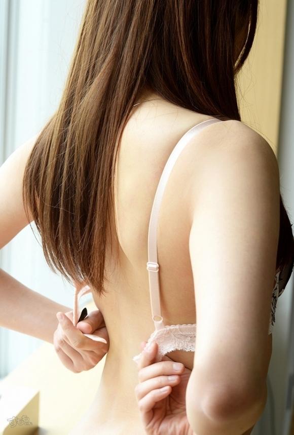 【ブラ外し】可愛い女の子がエロくブラジャーを外してる仕草がたまらんwwwwwww【画像30枚】03_20190829010742e57.jpg