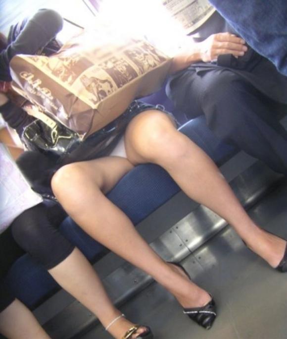 電車の中でエロい脚を晒してる女の子ってなんなん?wwwwwww【画像30枚】04_20180924174044486.jpg