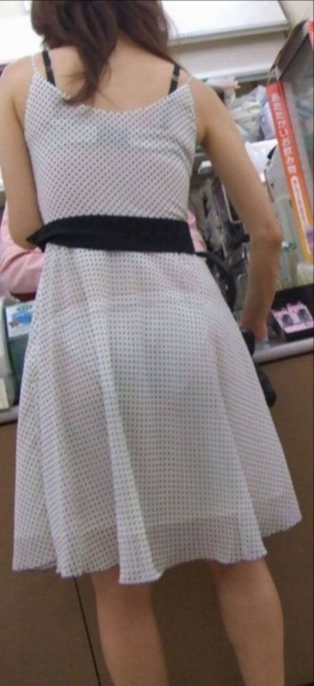 【残暑】暑いからパンティ透けちゃうレベルの薄着になる女子wwwwwww【画像30枚】04_20181002020952754.jpg