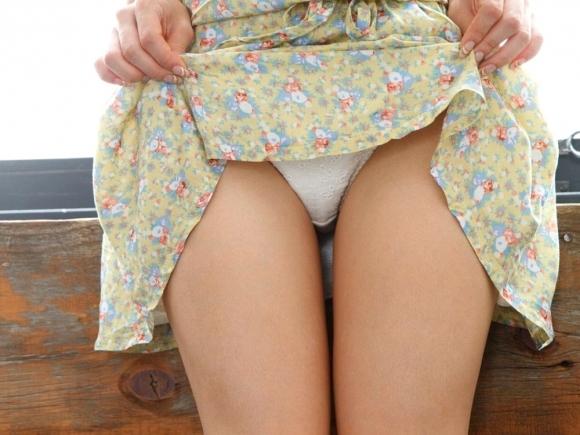 スカートをペロリとめくって見えるパンティと太ももがくっそエロいwwwwwww【画像30枚】04_201811142240172f1.jpg
