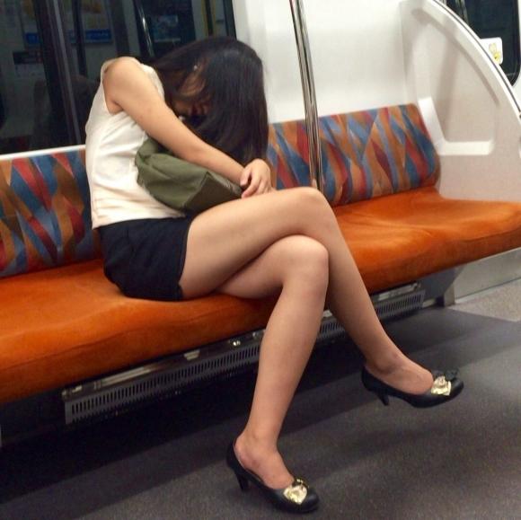 電車に乗ってる時間がとても楽しくなる女の子のエロい脚!wwwwwww【画像30枚】04_20190302151523307.jpg