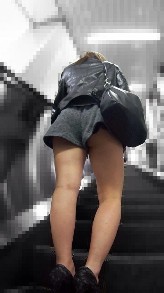女の子の後ろにポジションとると絶対におしりをガン見してしまうwwwwwww【画像30枚】04_201910052227477c2.jpg