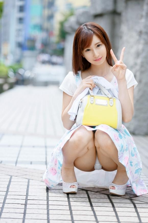 めちゃくちゃ可愛い女の子がパンチラしてたら絶対見ちゃうよなwwwwwww【画像30枚】04_20200205221411bf9.jpg