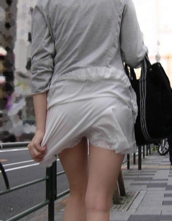 【残暑】暑いからパンティ透けちゃうレベルの薄着になる女子wwwwwww【画像30枚】05_20181002020953885.jpg