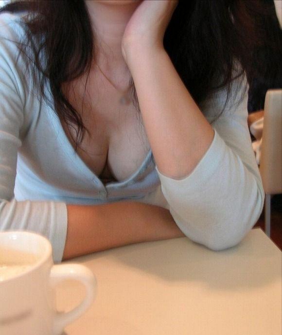 普通の女の子が露出させてるおっぱいの谷間がくっそエロいwwwwwww【画像30枚】05_20181018205921b4a.jpg