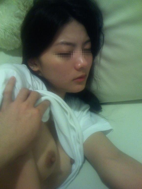 【流出画像】寝てる彼女のおっぱいを丸出しにして写真に残しちゃう彼氏の頭の中は大丈夫なん?wwwwwww【画像30枚】05_20190111011730bf3.jpg