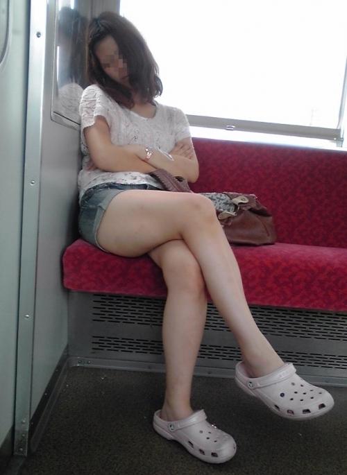 電車に乗ってる時間がとても楽しくなる女の子のエロい脚!wwwwwww【画像30枚】05_201903021515258ab.jpg