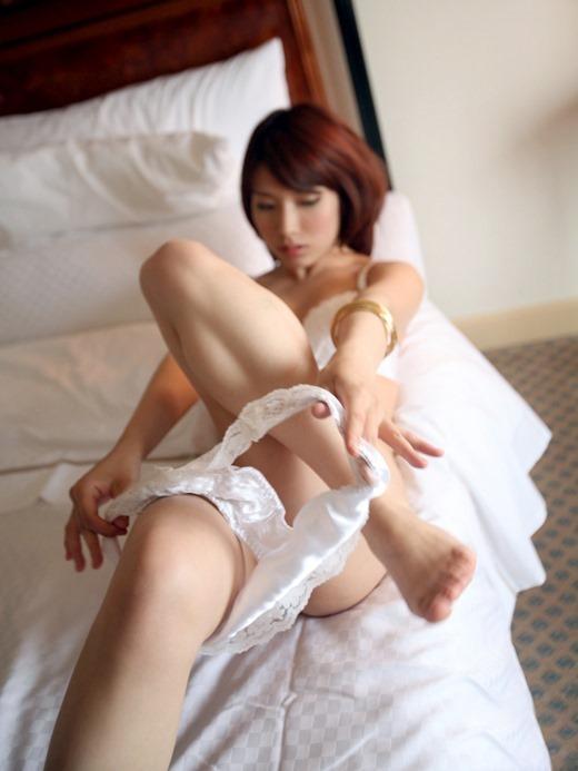 【脱衣中】服を脱いでる女の子がエロくてたまらなくて襲いかかりそうになるwwwwwww【画像30枚】05_201904090116373fe.jpg