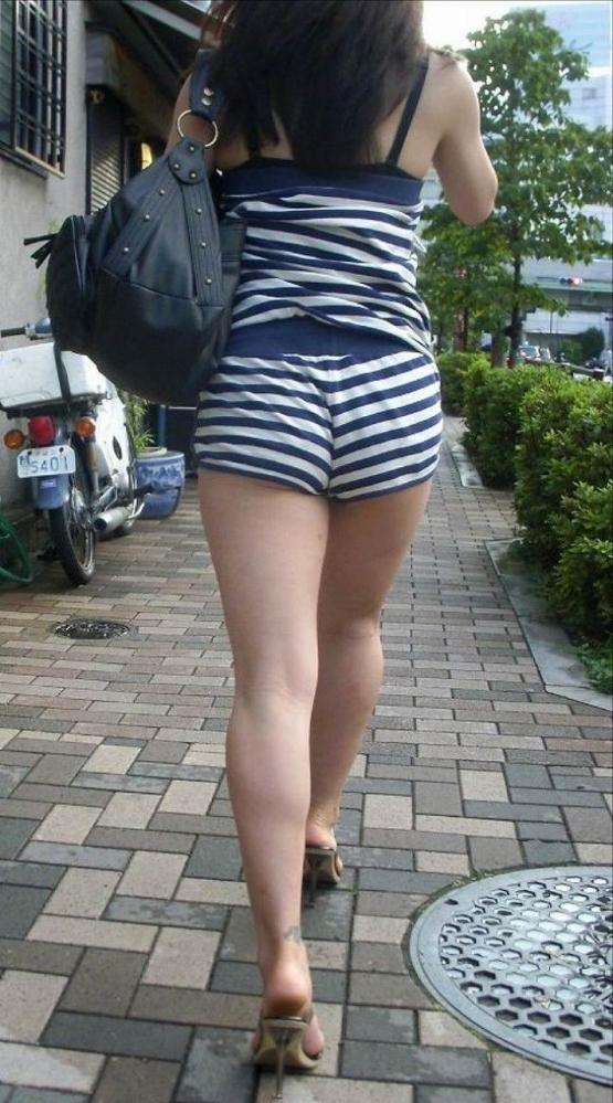 【着衣エロ画像】暑くなってくるとホットパンツ姿が多くなってくるから期待しちゃうwwwwwww【画像30枚】05_20190424020552f08.jpg