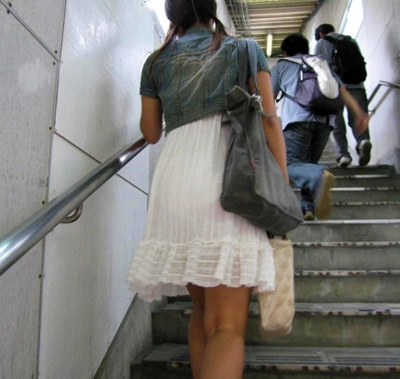【着衣】暑くなってきてパンツも透けちゃう薄着の女の子が多くなったwwwwwww【画像30枚】05_20190526011647751.jpg