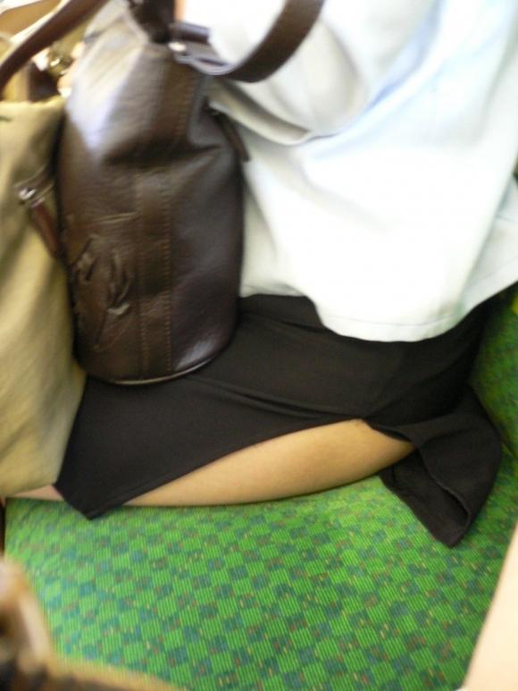 スカートの隙間からエロい脚が見えたら思わず凝視してしまうwwwwwww【画像30枚】05_20190703020607585.jpg