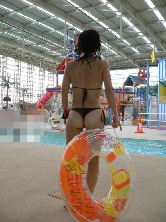 【素人水着画像】真夏のビーチをTバック水着で歩き回る素人を視姦してやりたいwwwwwww【画像30枚】05_20190816015613235.jpg