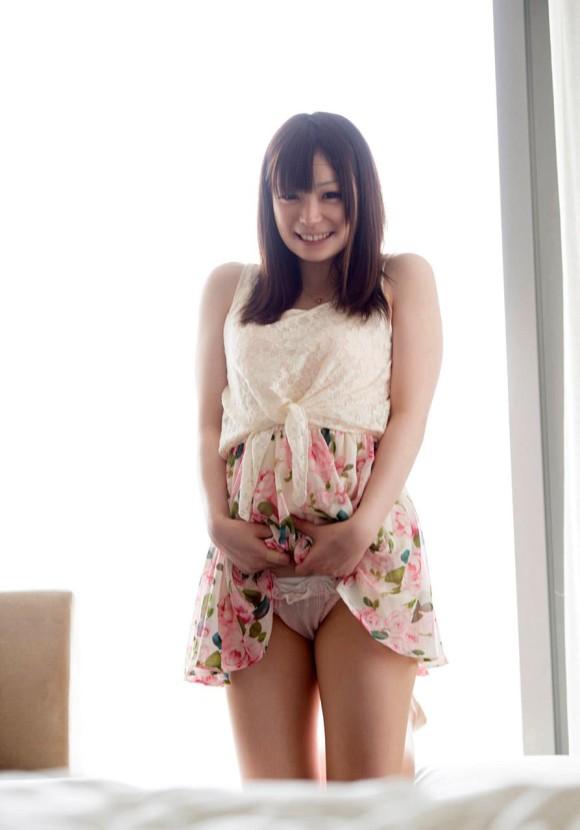 【チラリズム】スカートを上げるとくっそエロいパンティと太ももが飛び出てくるwwwwwww【画像30枚】05_20200111194555de5.jpg