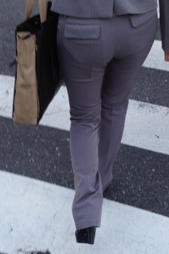 タイトでラインがクッキリなスーツのOLさんのおしりがエロすぎるwwwwwww【画像30枚】06_2019012722571572e.jpg