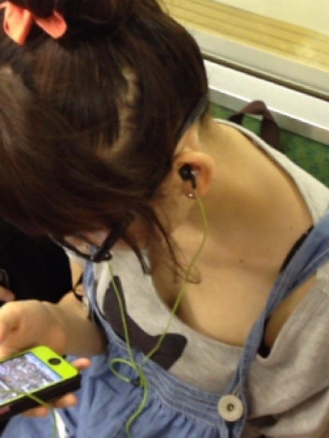 【凝視】電車で気になる胸チラ女子がいたらじっくりと堪能してしまうwwwwwww【画像30枚】06_201902160134218d9.jpg