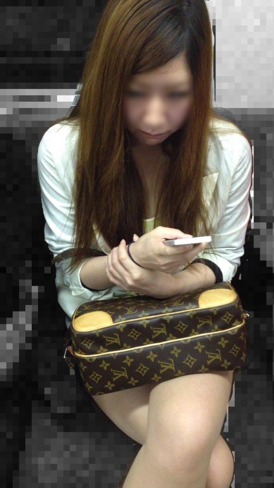 電車に乗ってる時間がとても楽しくなる女の子のエロい脚!wwwwwww【画像30枚】06_20190302151526319.jpg