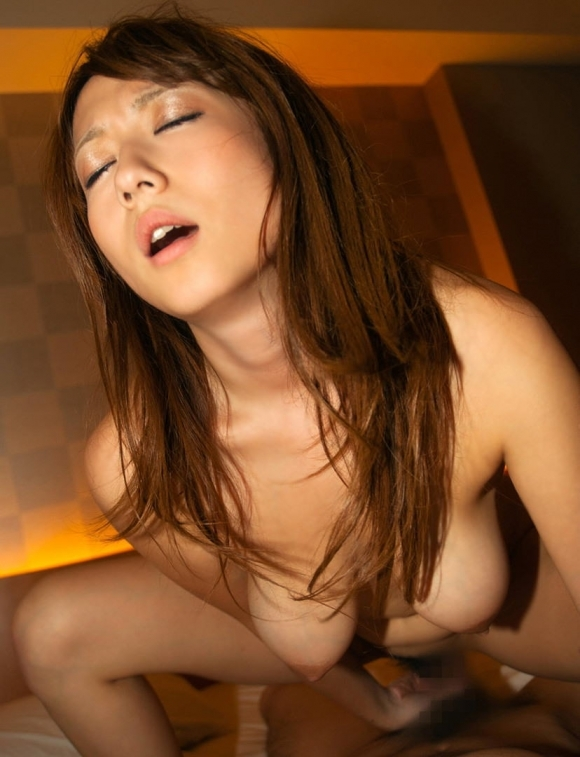 騎乗位セックスで自分から挿入に導く女の子のエロさはハンパないwwwwwww【画像30枚】06_201906022217318f7.jpg