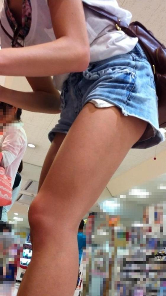 ホットパンツ履いてる女の子の脚を見つけたらずっと目で追ってしまうwwwwwww【画像30枚】06_201906040208146b0.jpg