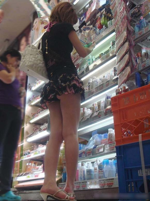 短いスカート履いてる女の子見ると下から見上げてパンチラ見たくなっちゃうwwwwwww【画像30枚】06_201909291448246a1.jpg