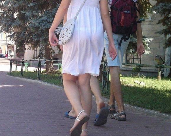 【残暑】暑いからパンティ透けちゃうレベルの薄着になる女子wwwwwww【画像30枚】07_20181002020956a4b.jpg