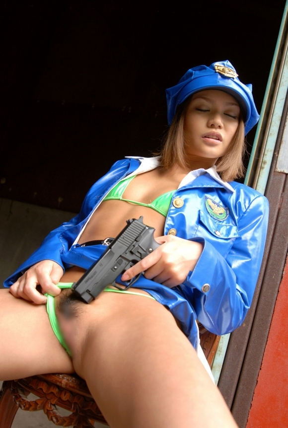 『逮捕しちゃうぞ!』→→→こんなエッチな婦警さんなら捕まっても良いwwwwwww【画像30枚】07_2018100503272999b.jpg