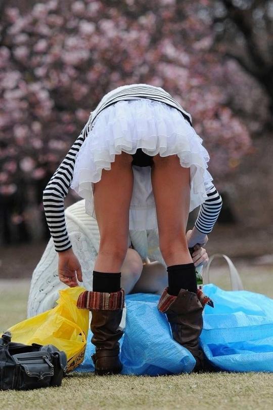 パンチラをすぐしちゃうスカートはマジで注意!wwwwwww【画像30枚】07_2018121700193998a.jpg