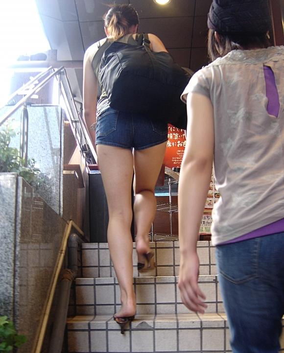短パン履いてる女の子は色々見えちゃってるからエロすぎるwwwwwww【画像30枚】07_201812210132548cd.jpg