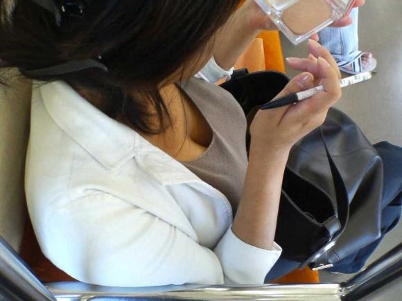 【凝視】電車で気になる胸チラ女子がいたらじっくりと堪能してしまうwwwwwww【画像30枚】07_2019021601342288d.jpg