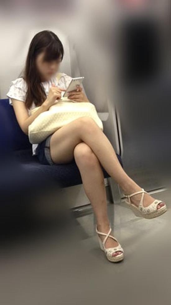 電車に乗ってる時間がとても楽しくなる女の子のエロい脚!wwwwwww【画像30枚】07_20190302151528f1e.jpg