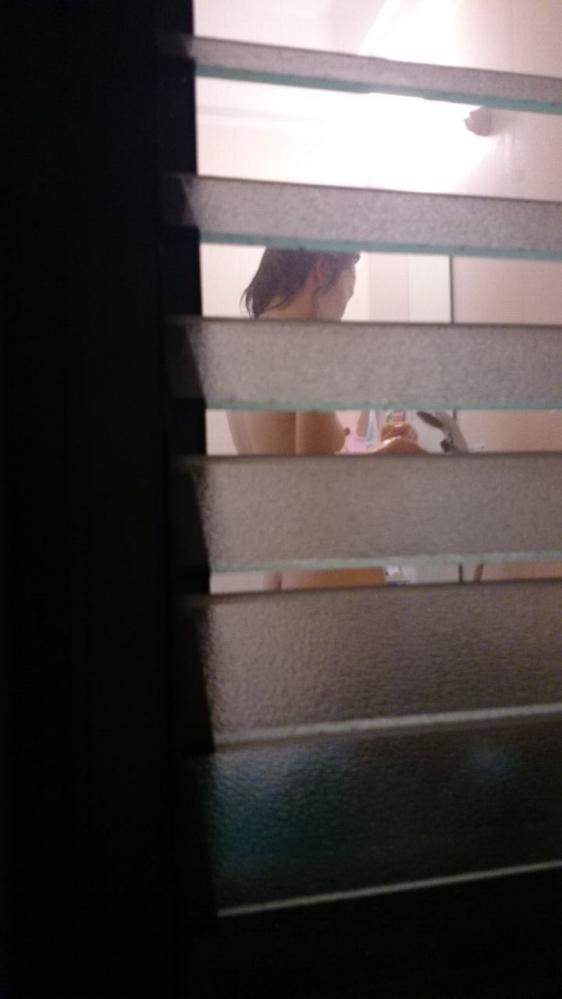 【民家盗撮】素人の女の子がお風呂に入ってる様子が見れるなんて幸せだなぁぁぁwwwwwww【画像30枚】07_20190516004238cc0.jpg