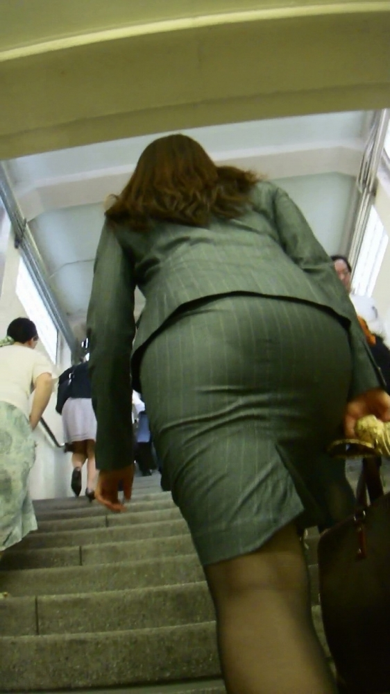 【プリケツ】スカートがピチピチすぎてヒップラインが丸わかりになってるwwwwwww【画像30枚】07_20190831022219d1d.jpg