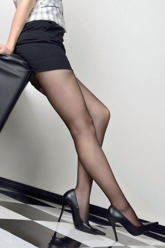 【脚】美しい美脚が映える黒ストッキングが最高のアイテムすぎるwwwwwww【画像30枚】07_20191124225023de5.jpg