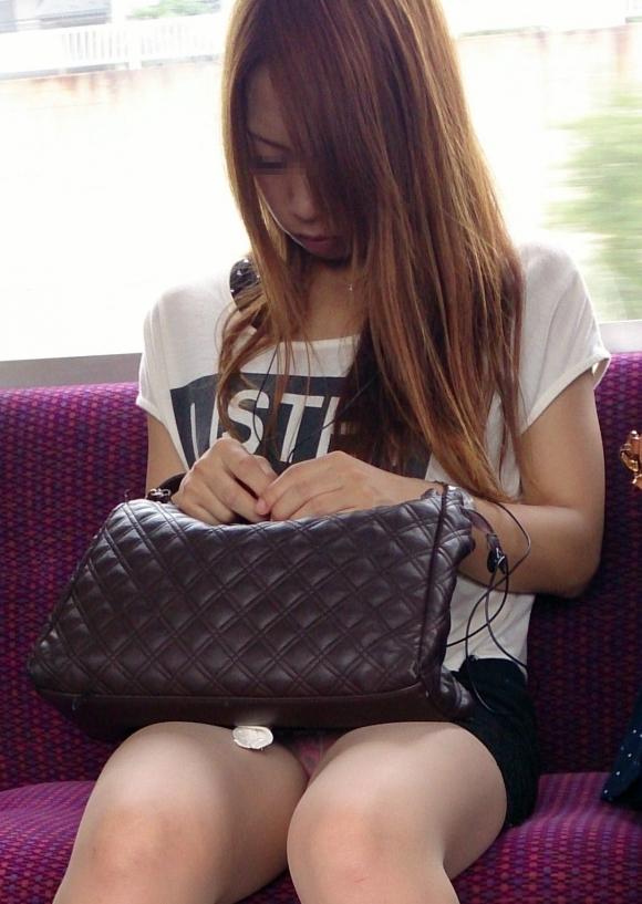 電車の中でエロい脚を晒してる女の子ってなんなん?wwwwwww【画像30枚】08_20180924174050471.jpg