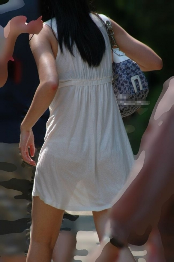 【残暑】暑いからパンティ透けちゃうレベルの薄着になる女子wwwwwww【画像30枚】08_20181002020958593.jpg
