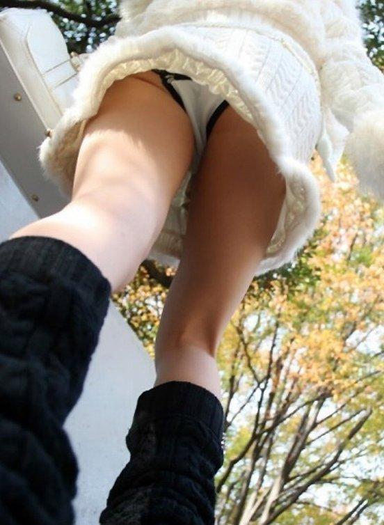 スカート履いてる女の子を狙ったローアングルパンチラのクオリティが凄いwwwwwww【画像30枚】08_20181230141519147.jpg