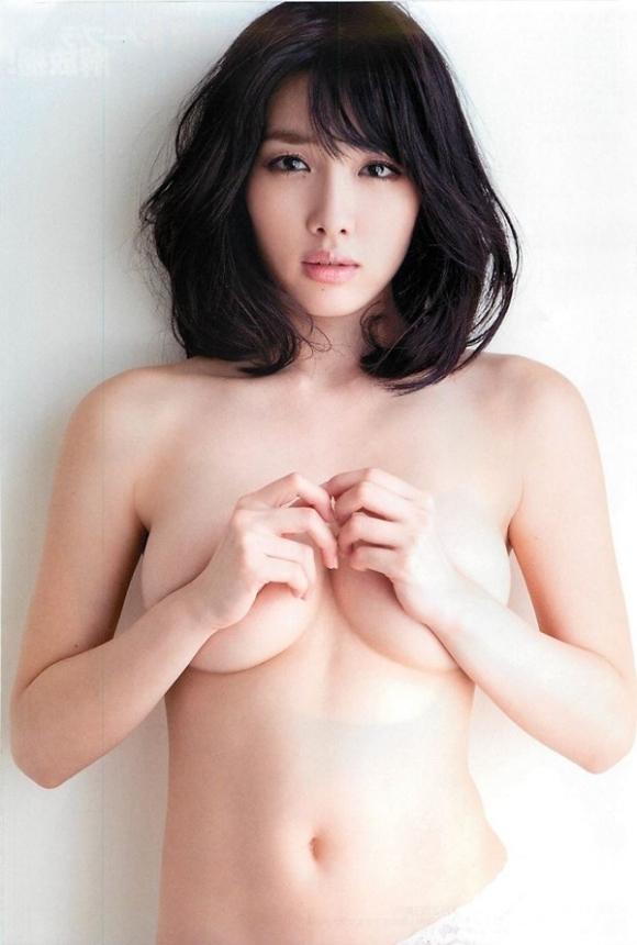 【おっぱい】ブラジャーよりも裸よりも素晴らしい手ブラの世界wwwwwww【画像30枚】08_201904170112007df.jpg