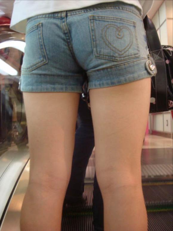 ホットパンツ履いてる女の子の脚を見つけたらずっと目で追ってしまうwwwwwww【画像30枚】08_2019060402081711e.jpg
