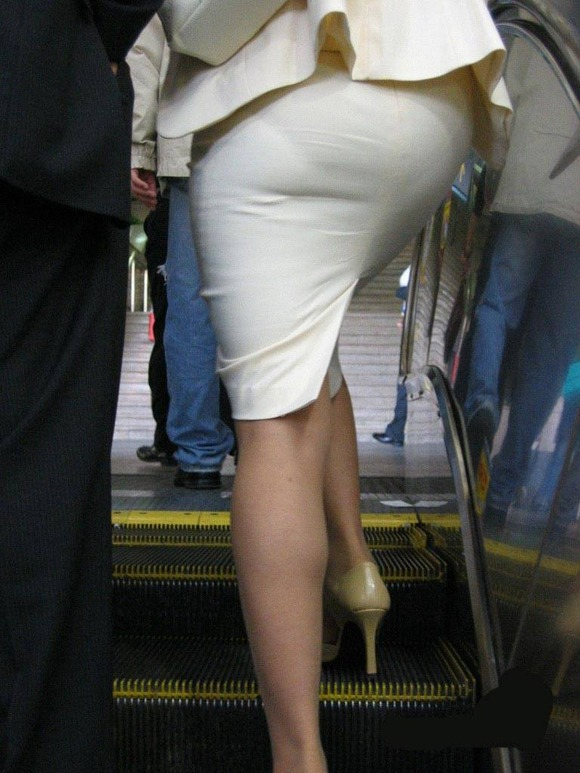 【プリケツ】スカートがピチピチすぎてヒップラインが丸わかりになってるwwwwwww【画像30枚】08_20190831022220435.jpg