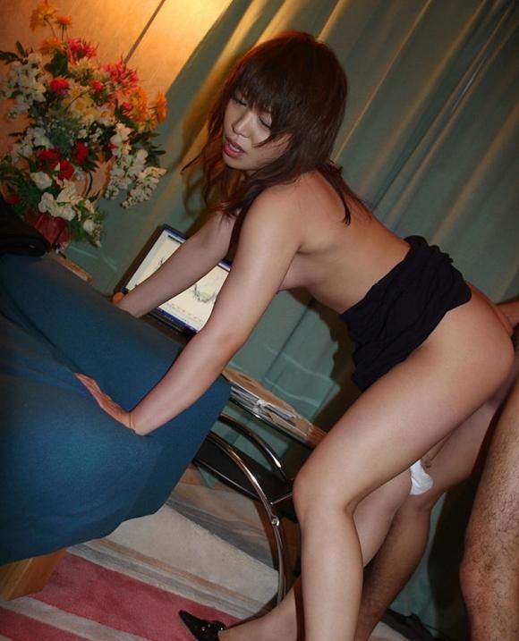 着衣のまま立ちバックでハメちゃう性欲旺盛な男女wwwwwww【画像30枚】09_20181124212716aea.jpg