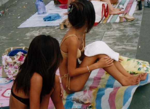 【盗撮】海で素人女子の水着姿を見てると余裕で乳首がポロポロしてるぞwwwwwww【画像30枚】09_201904100107308fe.jpg