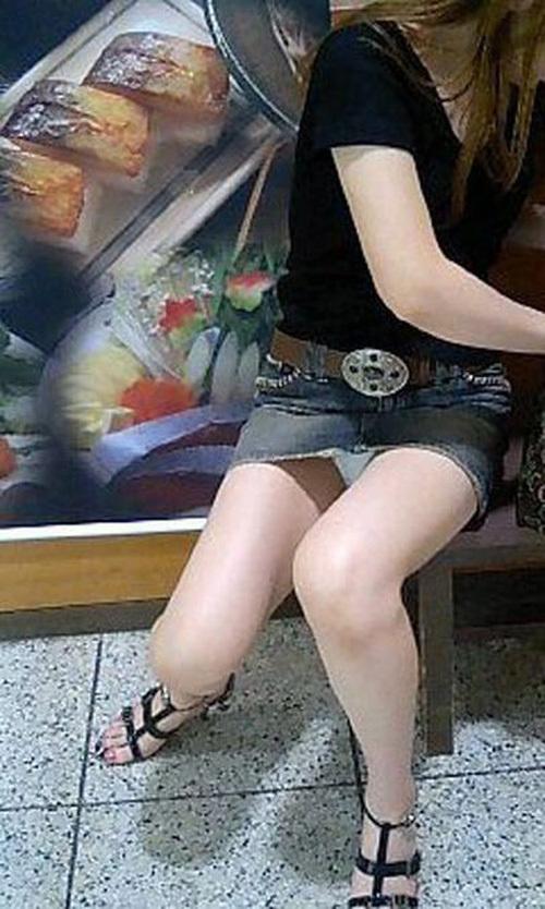 パンチラ画像の中でもデニムスカートからのパンチラがめっちゃアツいwwwwwww【画像30枚】09_20190602151540374.jpg