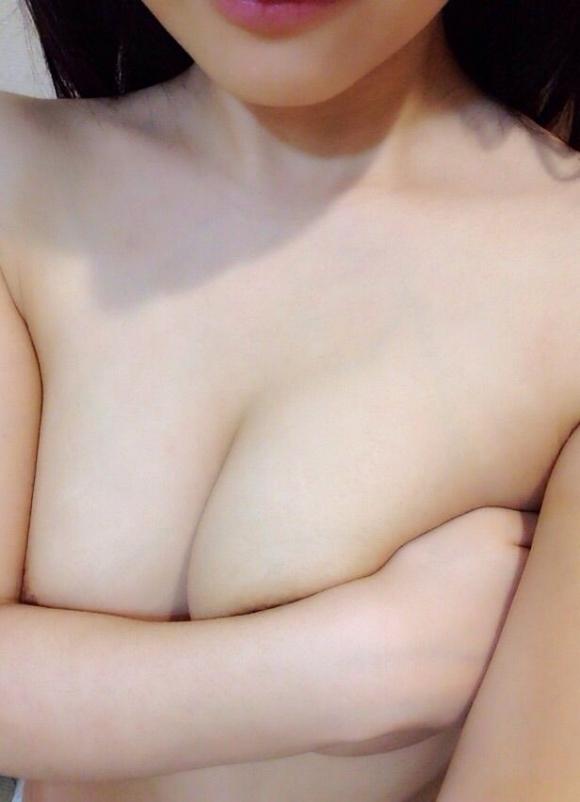 【素人おっぱい画像】手ブラならOK!って気軽に見せてくれる素人女子は天使だと思うwwwwwww【画像30枚】09_201910132207540f7.jpg