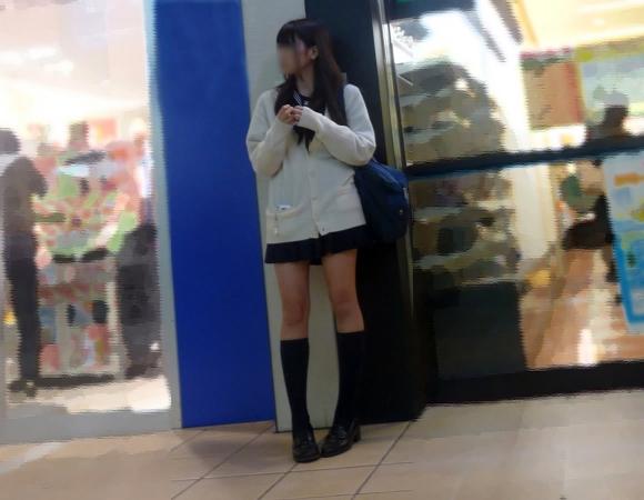 【女子校生】寒くても太もも出してるJKはガン見してほしいってことでOK?wwwwwww【画像30枚】09_2019102522190452e.jpg