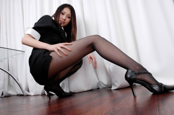 【脚】美しい美脚が映える黒ストッキングが最高のアイテムすぎるwwwwwww【画像30枚】09_20191124225026cbd.jpg